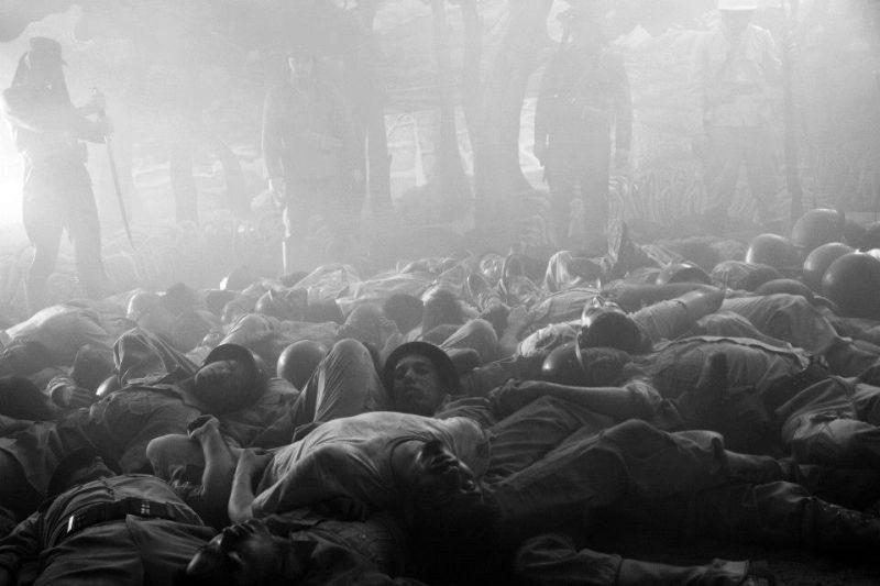 Death March: una scena di massa del film sulla marcia di Bataan del 1942 diretto da  Adolfo Alix Jr.