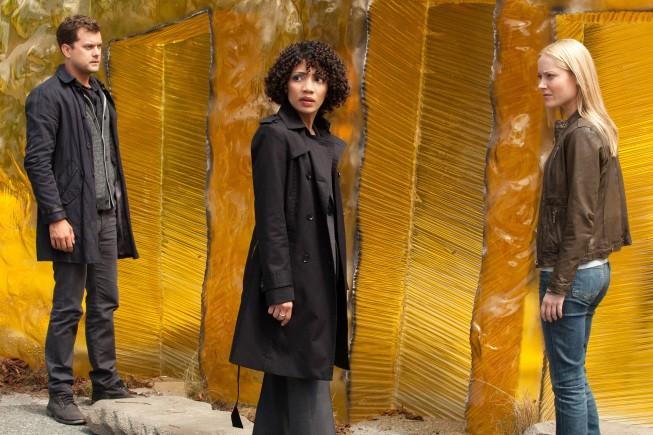 Fringe: Georgina Haig, Joshua Jackson e Jasika Nicole in un'immagine dell'episodio Unificatore di pensieri