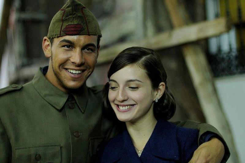 Mario Casas in una scena de La Mula con Maria Valverde