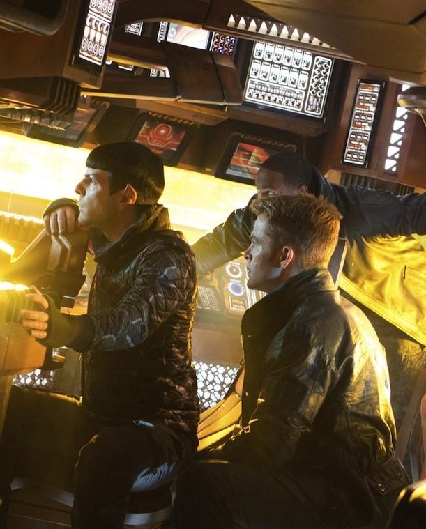 Zachary Quinto e Chris Pine sull'Enterprise in una scena di Star Trek Into Darkness