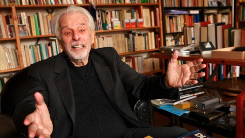 Jodorowsky's Dune: il regista, drammaturgo, scrittore e poeta Alejandro Jodorowsky in una scena del documentario a lui dedicato