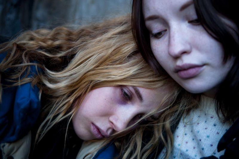 Magic Magic: Juno Temple con Emily Browning in una scena