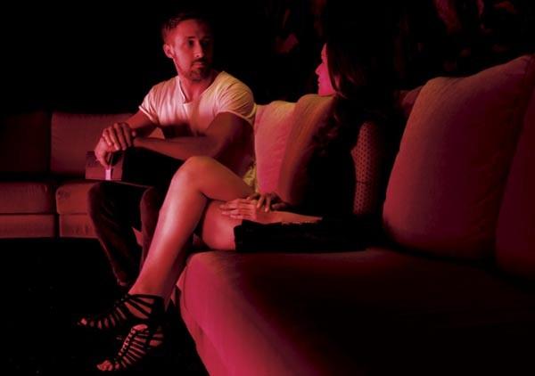 Ryan Gosling con Yayaying Rhatha Phongam in una scena di Only God Forgives