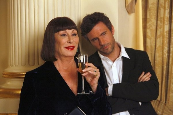 Smash: Anjelica Huston e Jack Davenport dell'episodio On Broadway