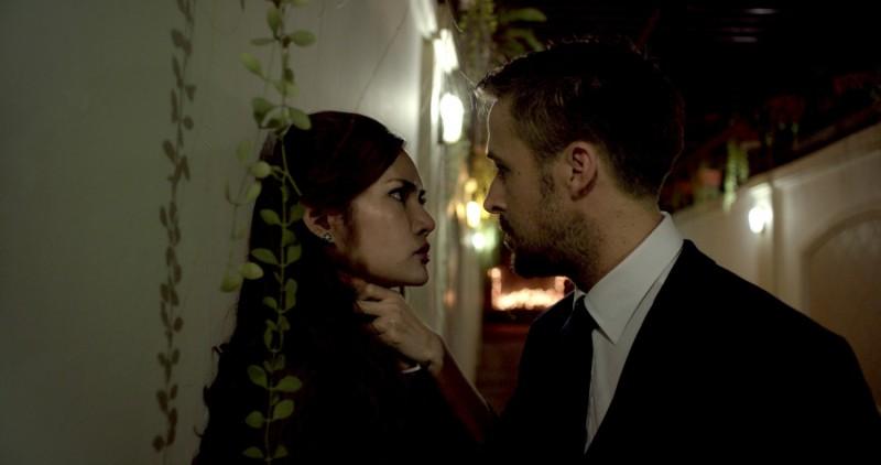 Rhatha Phongam in un faccia a faccia con Ryan Gosling in una scena di Only God Forgives