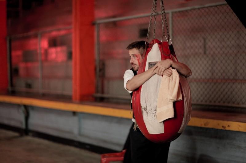Ryan Gosling, protagonista di Only God Forgives, in una scena abbraccia il sacco da allenamento