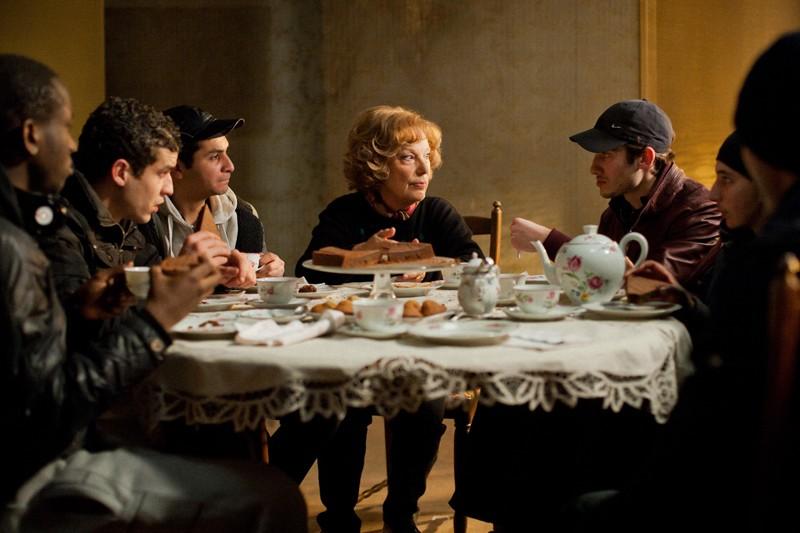 Bernadette Lafont in una scena di gruppo tratta dal film Paulette