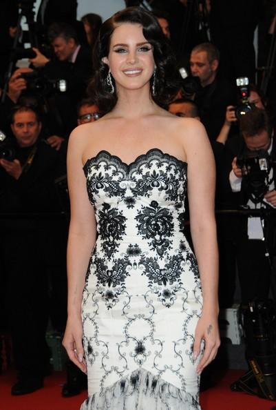 Lana Del Rey - insolitamente sorridente -  presenta Il grande Gatsby a Cannes 2013, sul red carpet