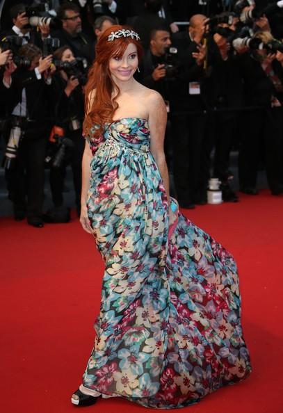 Phoebe Price, un trionfo floreale sul red carpet della serata inaugurale di Cannes 2013