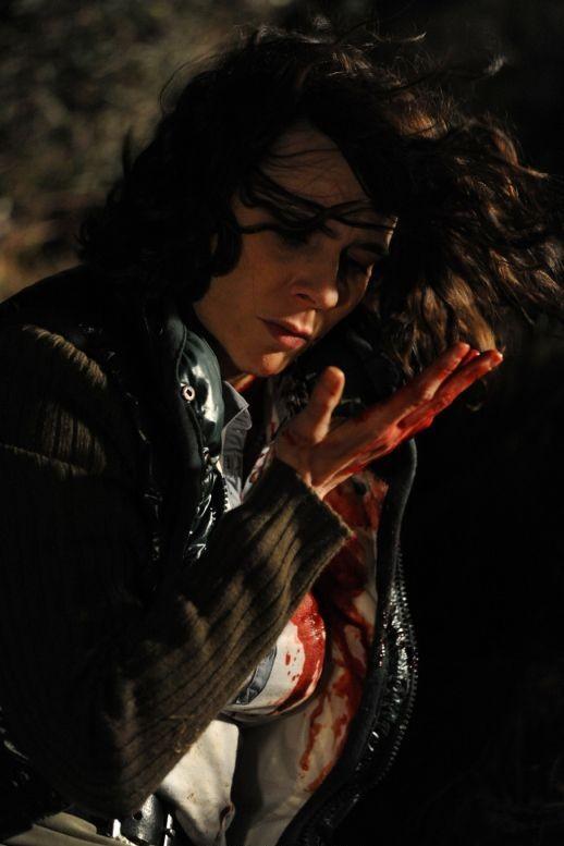 Ti ho cercata in tutti i necrologi: Silvia De Santis con le mani insanguinate in una scena