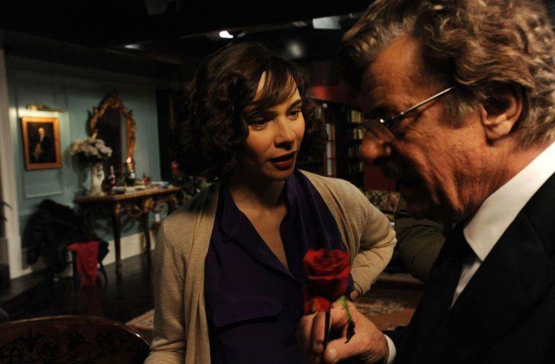 Ti ho cercata in tutti i necrologi: Silvia De Santis insieme a Giancarlo Giannini in una scena