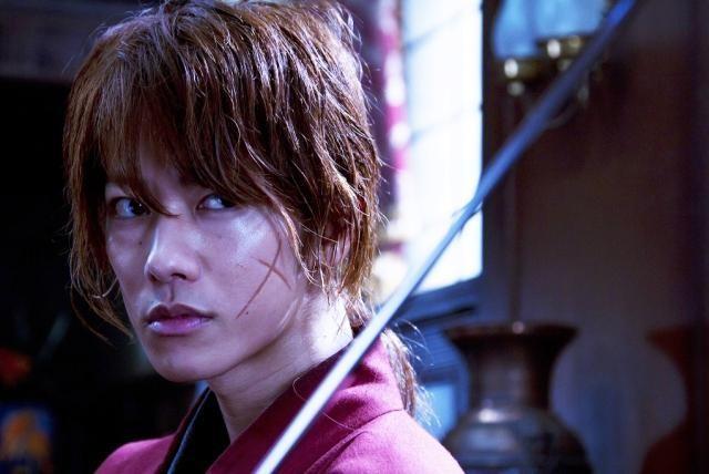 Rurouni Kenshin: un primo piano di Takeru Sato con il volto segnato dalle cicatrici