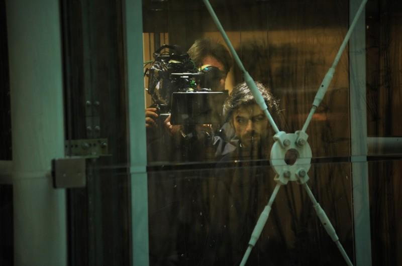 Cha Cha Cha: Luca Argentero sul set del film in un'immagine riflessa