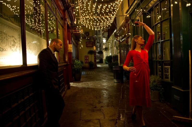 Redemption: Jason Statham e Agata Buzek in una scena del film