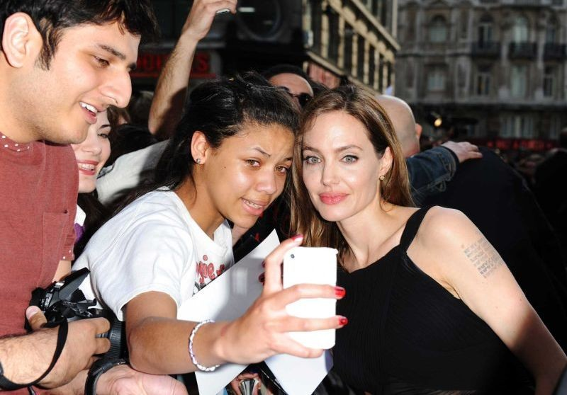 Angelina Jolie con una fan sul red carpet della premiere londinese di World War Z