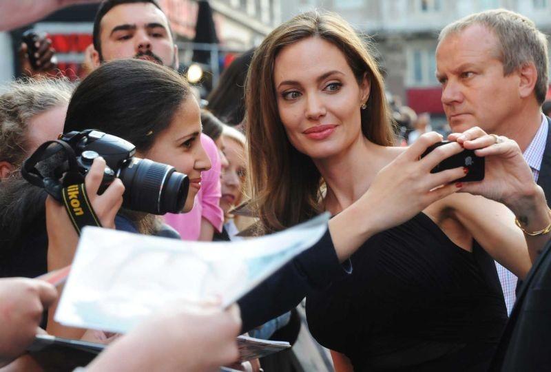 Angelina Jolie sul red carpet di World War Z si concede ai fan