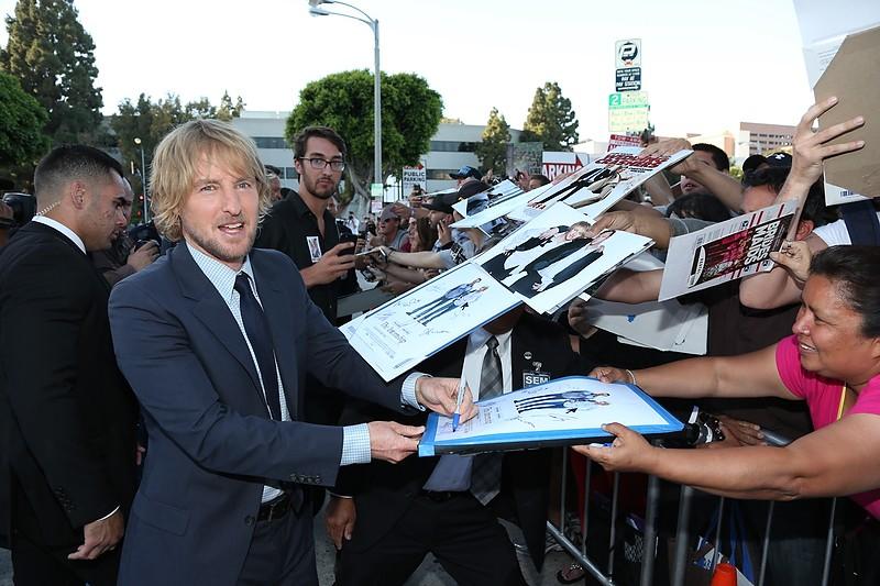 Gli stagisti: Owen Wilson firma autografi sul red carpet della premiere del film a Westwood