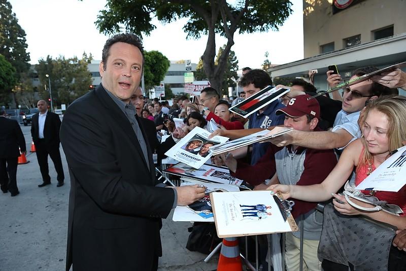 Gli stagisti: Vince Vaughn firma autografi sul red carpet della premiere del film a Westwood