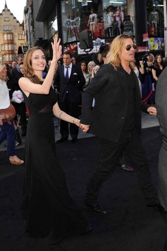 World War Z: Brad Pitt con Angelina Jolie salutano la folla dal red carpet della premiere londinese