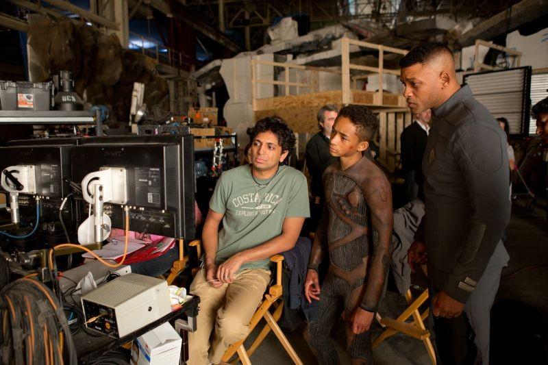 After Earth - Dopo la fine del mondo: Will e Jaden Smith sul set del film insieme al regista M. Night Shyamalan