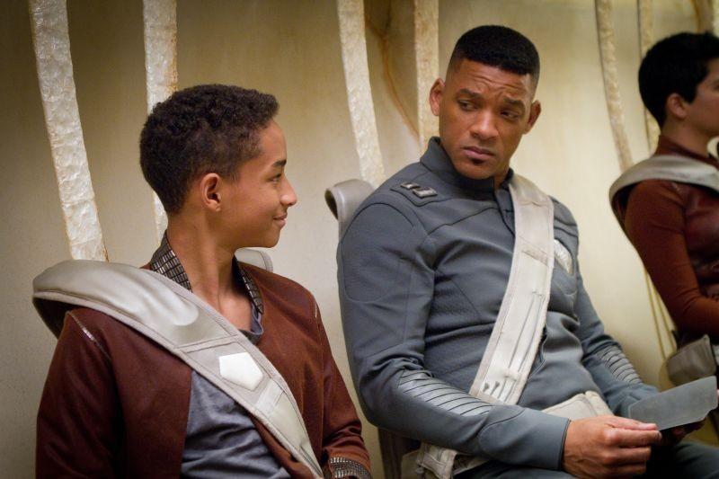 Will Smith e Jaden Smith in una scena del post apocalittico After Earth - Dopo la fine del mondo