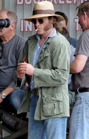 Vizio di forma: Joaquin Phoenix nei panni di Larry Doc Sportello in attesa di girare