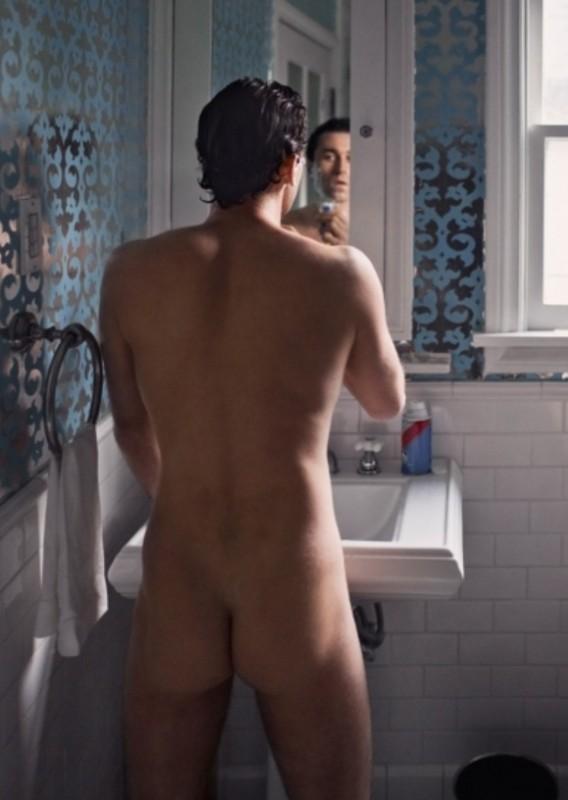 Il pornostar James Deen mostra il lato B in una foto hot.
