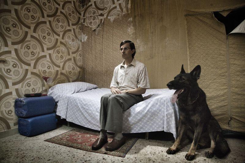 Salvo: Luigi Lo Cascio sorvegliato da un grosso cane lupo in una scena del film