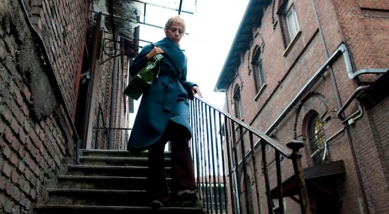 Tra cinque minuti in scena: la protagonista Gianna Coletti in una scena del film in equilibrio tra fiction, documentario e spettacolo teatrale