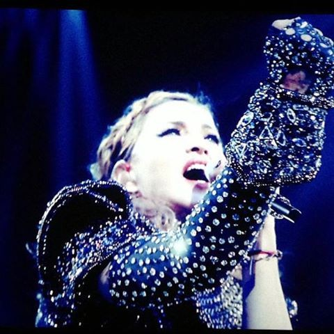 Madonna canta 'I'm addicted' - Live from MDNA tour