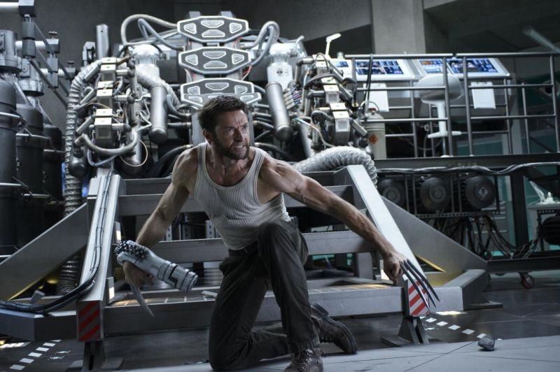Wolverine: l'immortale - Hugh Jackman si difende dal nemico nel suo laboratorio in una scena