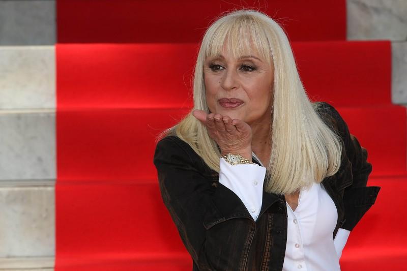 Raffaella Carrà, una showgirl.. al bacio!