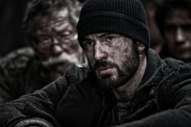 Snowpiercer: Chris Evans in un drammatico primo piano. Alle sue spalle John Hurt