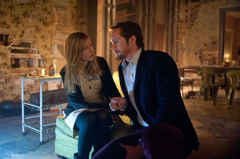 The East: Alexander Skarsgård insieme a Brit Marling in una scena del film