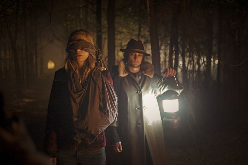 The East: Shiloh Fernandez e Brit Marling nel bosco in una scena del film