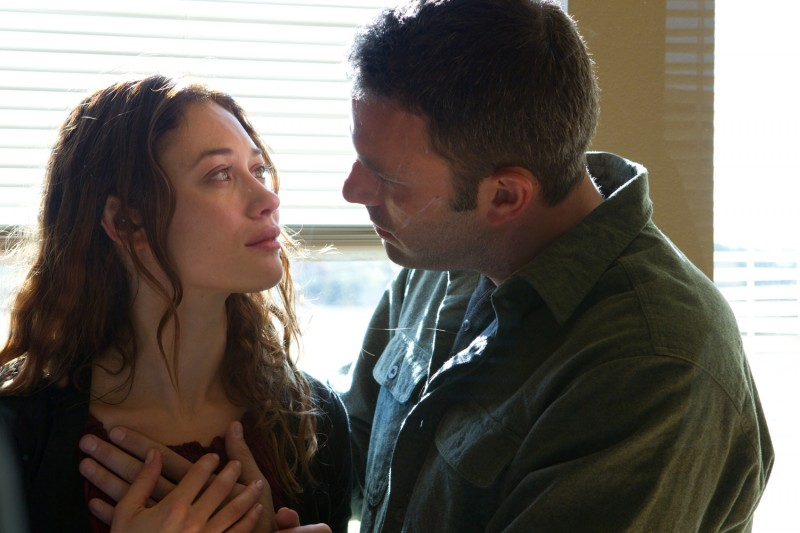 To the Wonder: Olga Kurylenko in una tenera immagine insieme a Ben Affleck