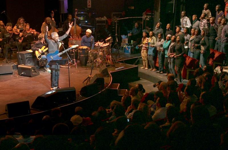 Viramundo: Gilberto Gil in concerto in Africa in una scena del documentario