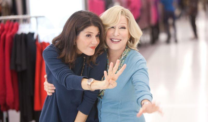 Bette Midler e Marisa Tomei sono madre e figlia in una scena di Parental Guidance
