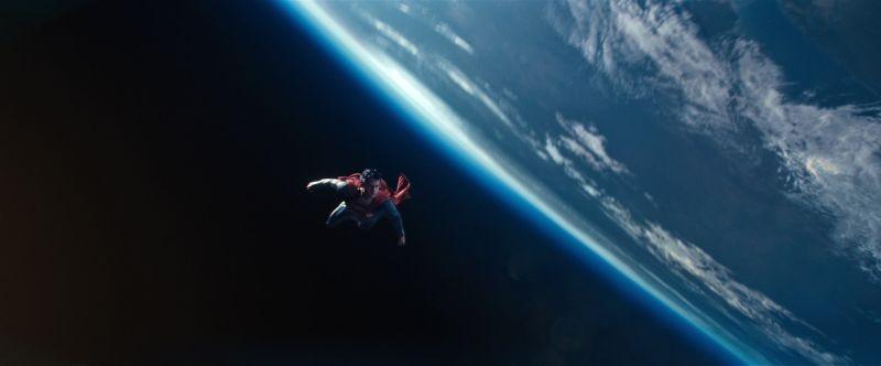 Henry Cavill vola sul mondo in una scena de L'uomo d'acciaio