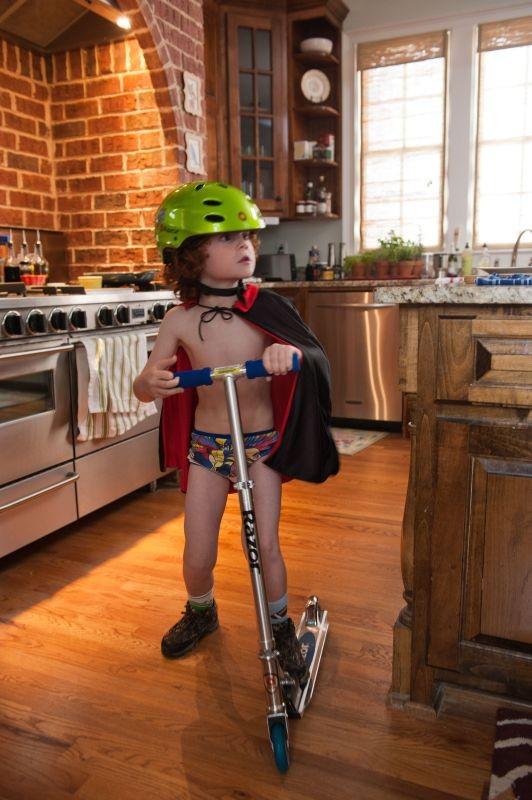 Kyle Harrison Breitkopf in azione sul suo monopattino in una scena di Parental Guidance