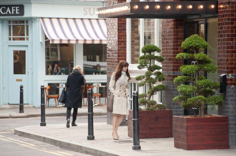 Rachel Weisz passeggia in una scena di Passioni e desideri