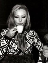 Raffaella Carrà sorseggia un caffè