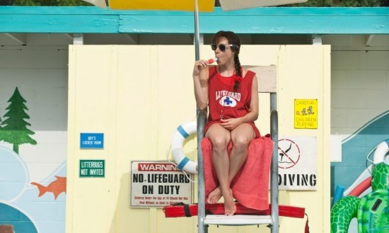 The To Do List: Aubrey Plaza mangia un gelato sulla sedia del bagnino