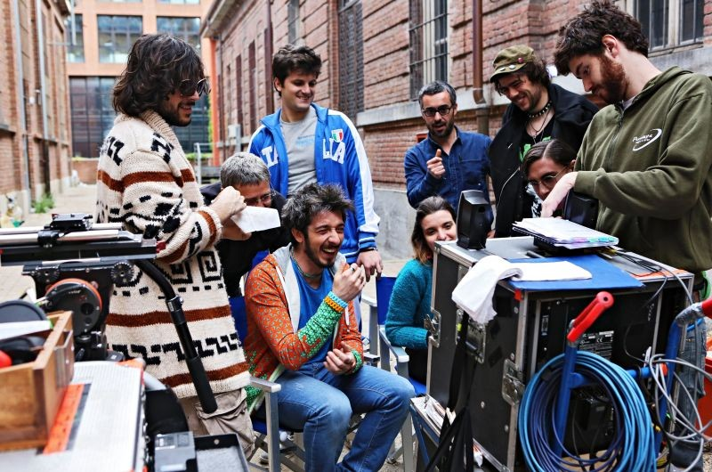 Fuga di cervelli: il regista e interprete Paolo Ruffini ride sul set insieme agli attori del cast