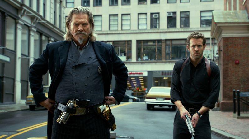 R.I.P.D. poliziotti dall'aldilà: Ryan Reynolds e Jeff Bridges in una scena del film diretto da Robert Schwentke
