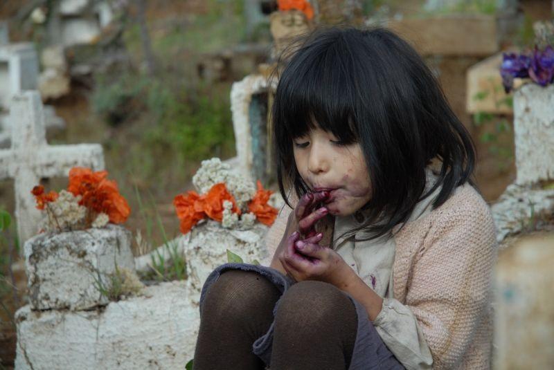 Violeta Went to Heaven: Francisca Durán nei panni di Violeta da bambina in una scena