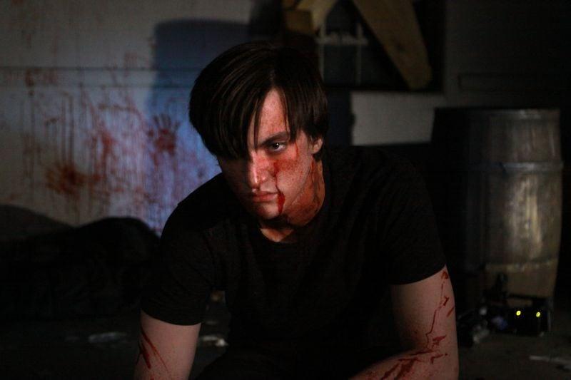 ESP 2: Fenomeni paranormali: una sanguinosa immagine di Richard Harmon tratta dal film