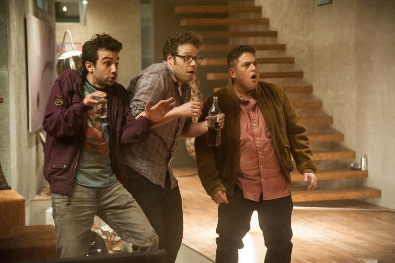 Facciamola finita: Jay Baruchel, Jonah Hill e Seth Rogen terrorizzati in una scena del film