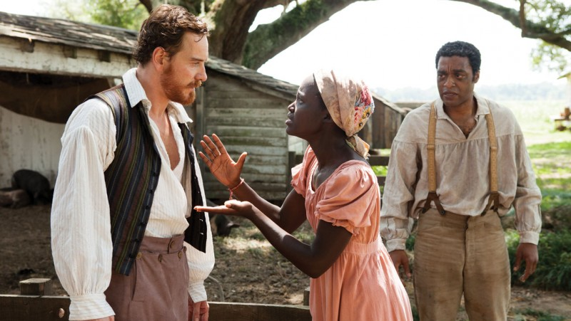 Twelve Years a Slave: Chiwetel Ejiofor con Lupita Nyong'o e Michael Fassbender in una drammatica scena