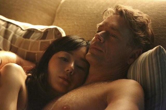Mistresses: Yunjin Kim e John Schneider in una scena della serie